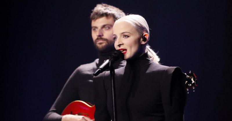 אמילי סאט תשמש כזמרת ליווי בשיר הצרפתי